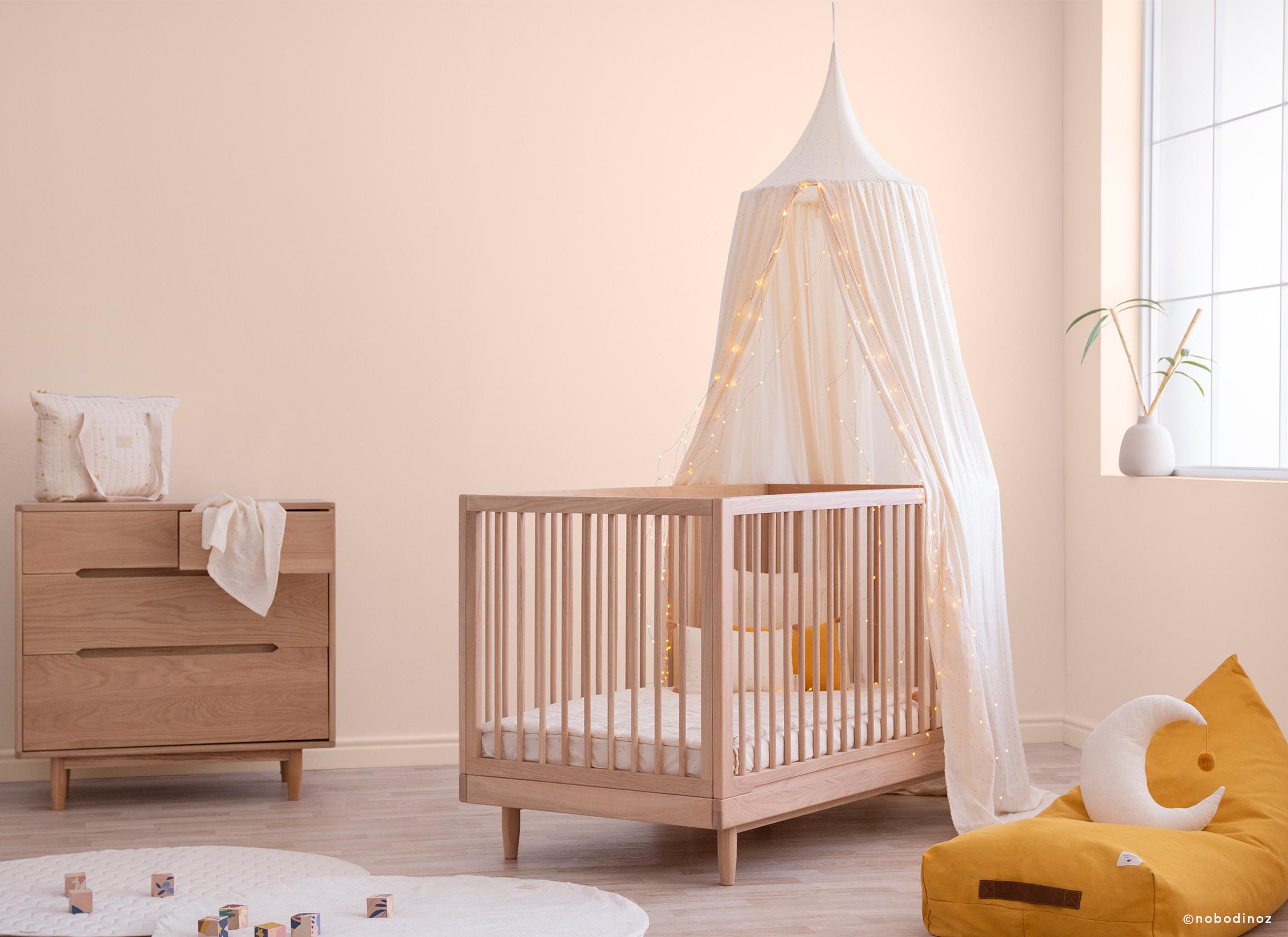 habitación de bebé soleada