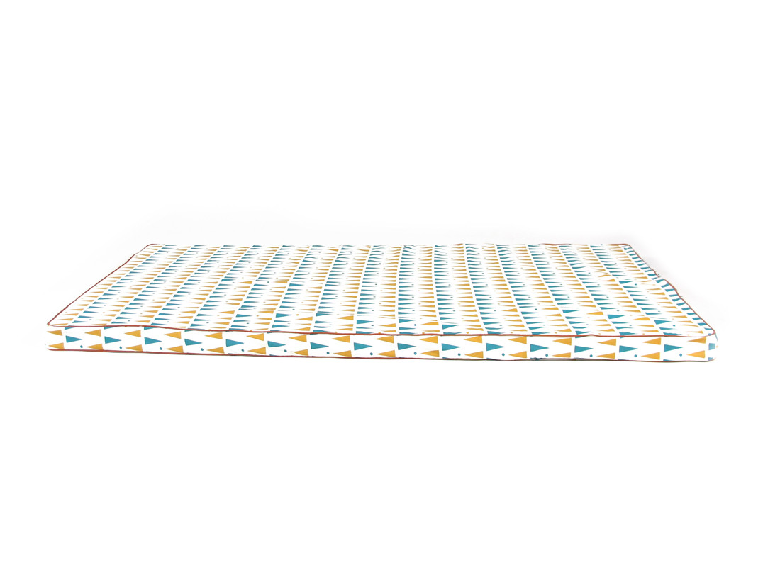 Colchoneta de suelo Saint Tropez 120x60x4 triangulos azules miel